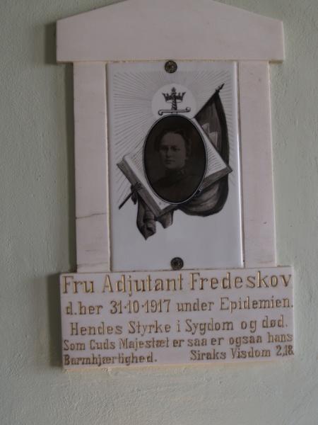 Minneplaten inne i lokalet (Foto: Nils-Petter Enstad)