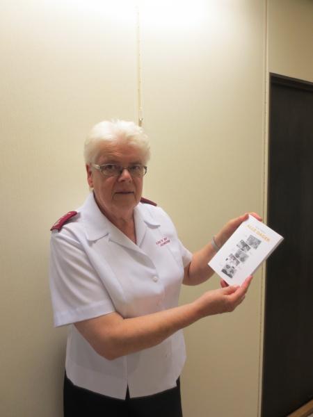 Major Synneva Vestheim med boka om Frelsesarmeens fem misjonsmartyrer fra Indonesia (Foto: Nils-Petter Enstad).