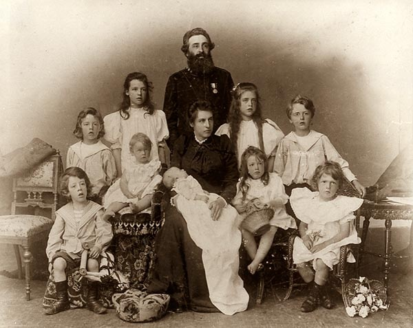 Catherine og Arthur Booth-Clibborn med den store barneflokken, omtrent på den tiden de brøt med Frelsesarmeen.