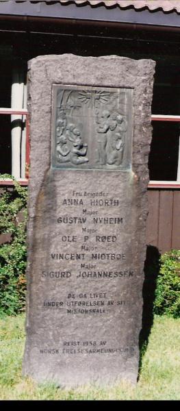 Minnestøtte over norske frelsesoffiserer som døde i krigsfangenskap i Indonesia 1940-45.
